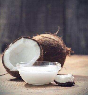Naklejka Orzechy kokosowe i organicznych olej kokosowy w szklanym słoiku