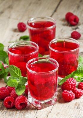 Naklejka Orzeźwiający napój malinowy z jagodami i miętą, selektywne focu