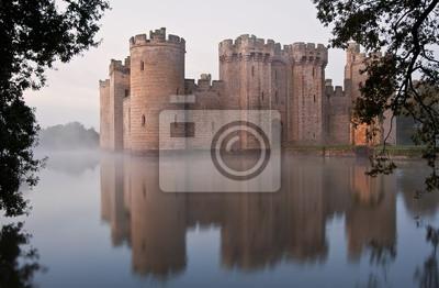 Naklejka Oszałamiająca fosa i zamek w świcie Jesienią spadek z mgłą nad m