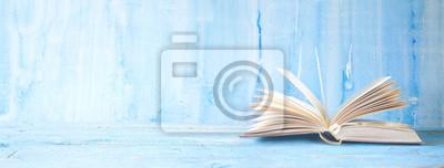 Naklejka otwarta książka na niebieskim tle grungy, panoramiczny, dobrej kopi