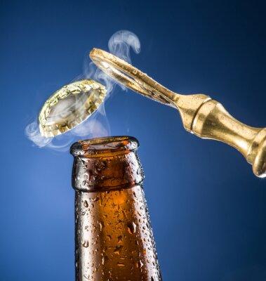 Naklejka Otwór nakrętki piwa z wyjściem gazu.