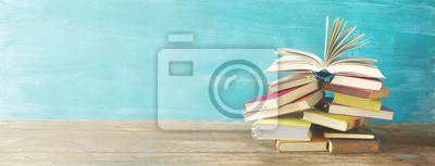 Naklejka Otworzył książkę na stos starych książek, panorma, dobre miejsce kopiowania