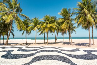 Naklejka Palmy i plaża Copacabana ikonicznej mozaika chodniku, w Rio de Janeiro w Brazylii.