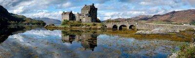Naklejka Panorama Eilean Donan Castle w słoneczne popołudnie w Szkocji.