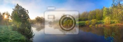 Naklejka panorama obszarów wiejskich z rzeki, mgły i lasu na wschód