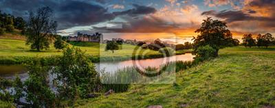 Naklejka Panoramiczny zachód słońca nad rzeką Aln / rzeka Aln przebiega przez Northumberland z Alnham do Alnmouth. Widząc tu panoramę Alnwick Town and Castle na panoramę, jako zachody słońca