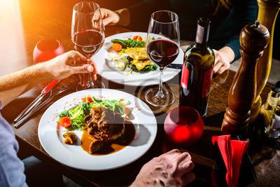 Naklejka Para o romantyczną kolację w restauracji w promieniach słońca