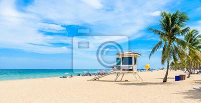 Naklejka Paradise Beach w Fort Lauderdale na Florydzie na piękny sumer dzień. Tropikalna plaża z palmy na białej plaży. USA.