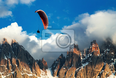 Naklejka Paralotnia latająca w pobliżu wysokich gór. Dolomity, Włochy