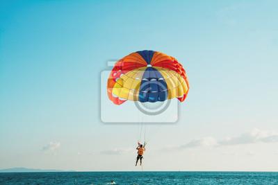 Naklejka Parasailing w Beach w Pattaya Tajlandii