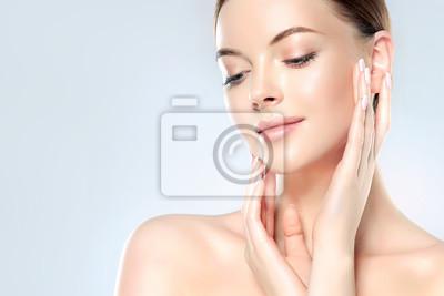 Naklejka Pi? Kna m? Oda kobieta z czystego? Wie? Ego skóry wygl? D. Zabieg na twarz . Kosmetologia, uroda i spa.