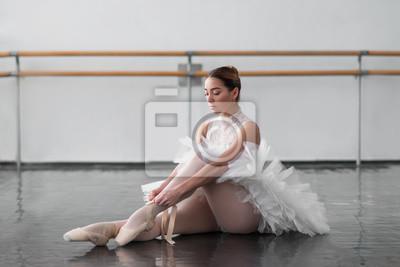 Naklejka Piękna balerina posing w klasie baletowej