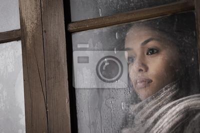 Piękna dziewczyna za oknem