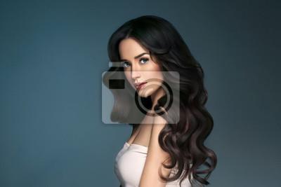 Naklejka Piękna fryzura brunetka długie włosy kobieta klasyczne włosy kręcone