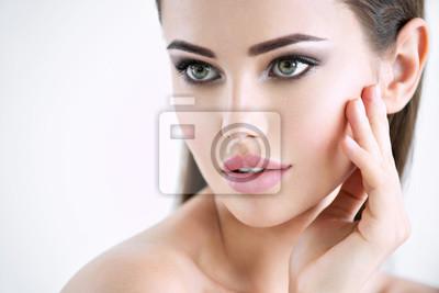 Naklejka Piękna młoda dziewczyna z piękno twarzą