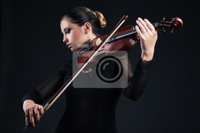Naklejka Piękna młoda kobieta gry na skrzypcach na czarno