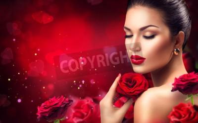 Naklejka Piękna romantyczna kobieta z czerwonymi różanymi kwiatami. Walentynki