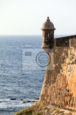 Naklejka Piękna skrzynka wartownicza (guerite) w forcie San Felipe Del Morro w San Juan, Puerto Rico