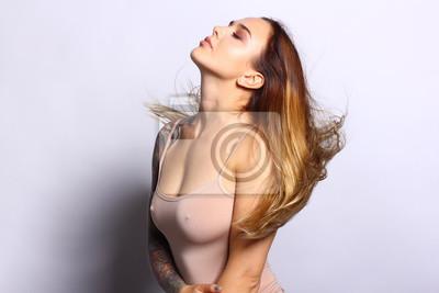 Naklejka Piękna twarzy kobiety z naturalnej skóry. Doskonały makijaż. Falista brunetka. Piękny tatuaż na rękę kobiety.