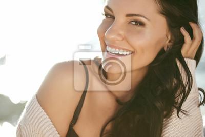 Naklejka Piękna uśmiechnięta kobieta