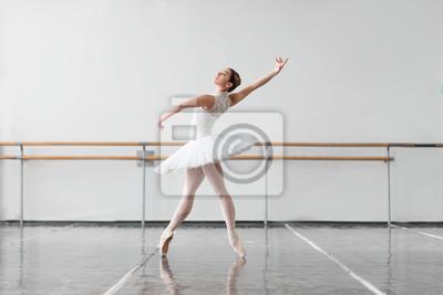 Naklejka Piękne baleriny próba w klasie baletowej
