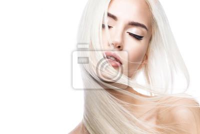 Naklejka Piękne blond dziewczyna w ruchu z idealnie gładkiej sierści, i klasyczny makijaż. Piękna twarz. Zdjęcie zrobione w studio.