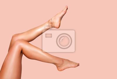 Naklejka Piękne gładkie nogi kobiety po depilacji laserowej na kolorowym tle