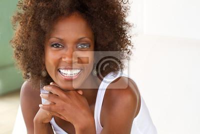 Naklejka Piękne kobieta afrykańskiego amerykański Uśmiechnięte