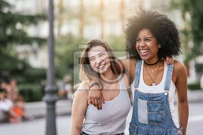 Naklejka Piękne kobiety zabawy na ulicy.