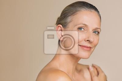 Naklejka Piękno dojrzała kobieta ono uśmiecha się
