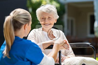 Naklejka Pielęgniarka dba o starego pacjenta