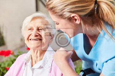 Naklejka Pielęgniarka opiekująca się starszą kobietą