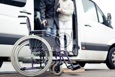 Naklejka Pielęgniarka Pomoc Starszy Człowiek Wyjdź Samochód
