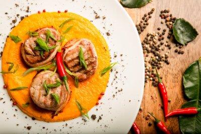 Naklejka Pikantne placuszki z mięsa kurczaka i wołowiny z sosem i ziół w tajskiej receptury z kucharzem