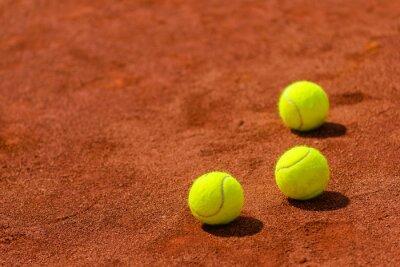 Naklejka Piłki tenisowe na glinianej sądzie