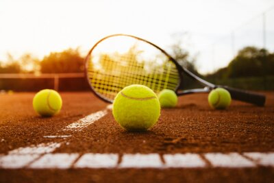 Naklejka Piłki tenisowe z rakietą na glinianej sądzie