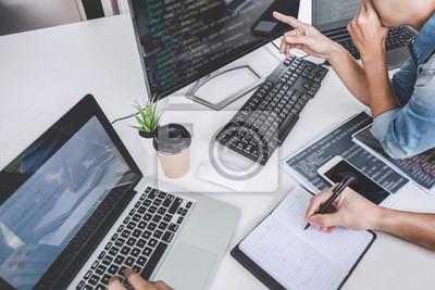 Naklejka Pisanie kodów i technologia kodowania danych, programista współpracujący przy pracy nad projektem strony internetowej w oprogramowaniu na komputerze stacjonarnym w firmie