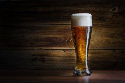 Naklejka Piwo szkła na tle drewniane