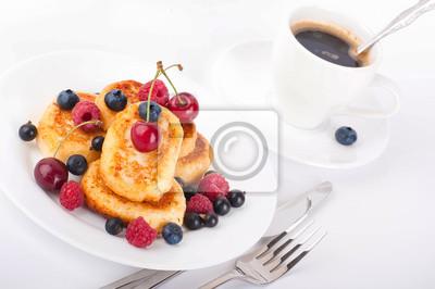 Placki serowe z owocami leśnymi i filiżanka kawy