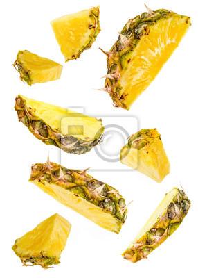 Naklejka plastry ananasa latający na białym tle