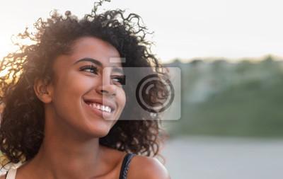 Naklejka Plenerowy portret uśmiechnięta amerykanin afrykańskiego pochodzenia dziewczyna