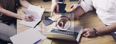 Naklejka Pojęcie prezentacja nowego pomysłu biznesowy projekt Dorosły biznesmen dyskutuje pomysły z obrachunkowym dyrektorem i kreatywnie kierownikiem w nowożytnym biurze. Szeroki.