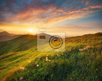 Naklejka Pole Góry podczas zachodu słońca. Piękne krajobrazy