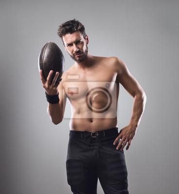Półnagi piłkarz z piłką