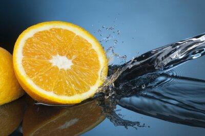 Naklejka pomarańczowy plasterek w strumieniu wody