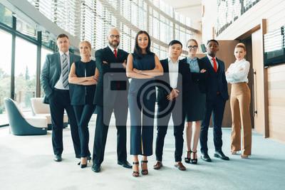 Naklejka Pomyślny zespół młodych biznesmenów perspektywy w biurze