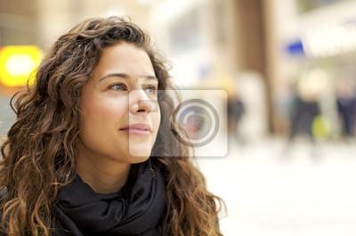 Naklejka Portret atrakcyjne młoda kobieta patrząc pozytywnie