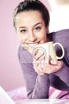 Portret bardzo szczęśliwa młoda kobieta trzyma filiżankę kawy