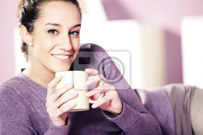 Portret bardzo szczęśliwa młoda kobieta trzyma filiżankę kawy i.