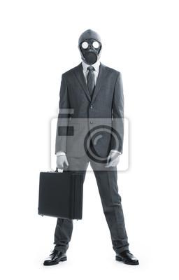 Portret biznesmen w masce gazowej z walizką